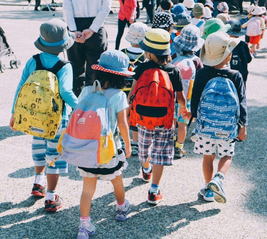 vigilar a niños en la escuela